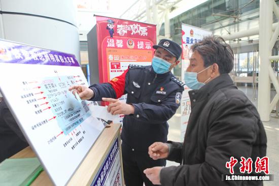 民警现场教旅客如何识别真假火车票。 史康 摄