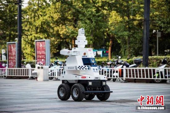 机器人走上街头巡逻。无锡警方供图