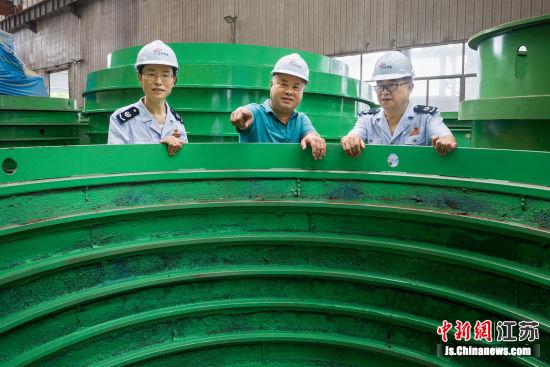 税务人员在企业调研生产经营情况。 韩红祥 摄