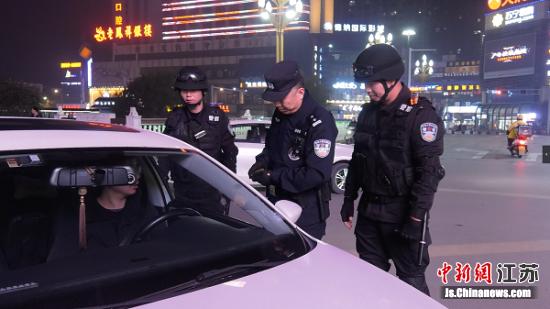 警方在路面盘查。射阳警方供图
