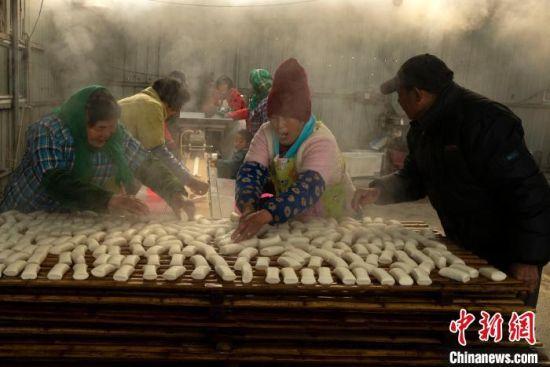 兴化千垛镇荡朱村村民在制作年糕。 汤德宏 摄