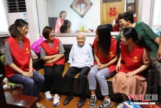 东台养老敬老的传统文化根深蒂固,深入人心。图为志愿者慰问百岁老人。东台市委宣传部供图