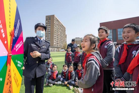"""南京铁警走进校园寓教于乐""""话安全""""――中国新闻网"""