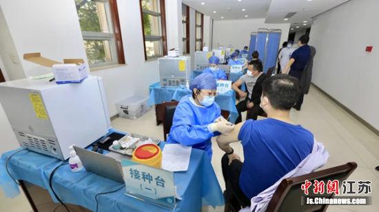 图为疫苗接种现场。图片源自无锡惠山发布
