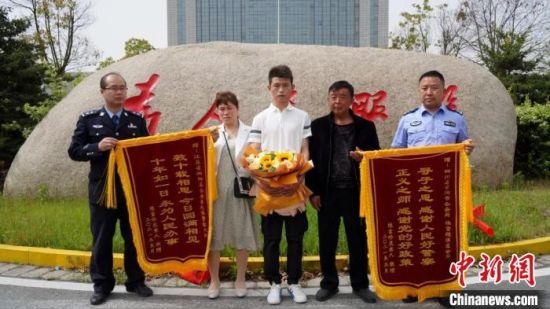 谢某江及其父母给泗阳县公安局送来锦旗。 周庆鹏 摄