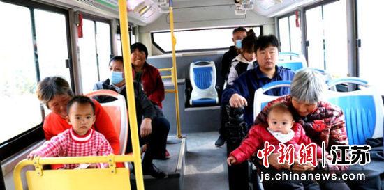 村民乘坐公交车去县城。吕立鹏 摄