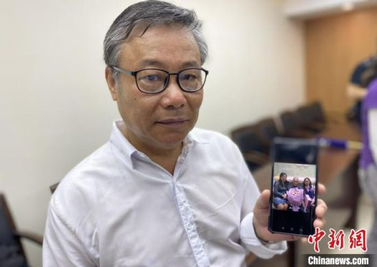 南京大屠杀幸存者李高山之子李真铭继承父亲遗愿,成为一名传递和平之声的紫金草志愿者。 申冉 摄