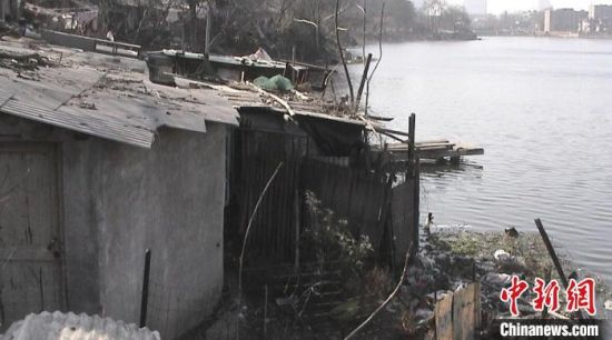 昔日的沿河棚户区。(资料图) 南京鼓楼区建设局供图