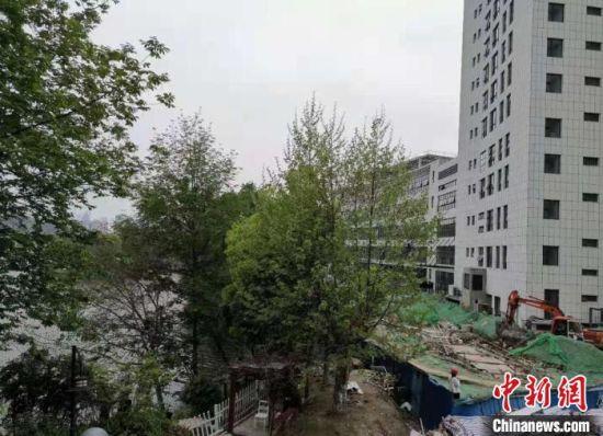 """""""低头不见路、抬头是屋檐"""",曾经被居民抱怨的城市环境。(资料图) 南京鼓楼区建设局供图"""