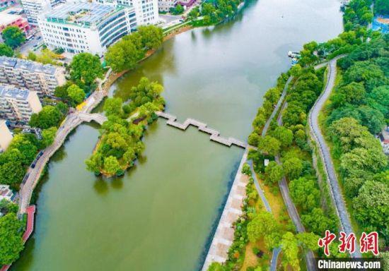 """通过接力式""""织补"""",绿地打造成了高共享度的滨河绿地,返景于民。 南京鼓楼区建设局供图"""