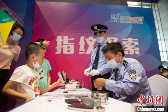 警营开放日活动中,市民带孩子与民警互动。 孙姣姣 摄