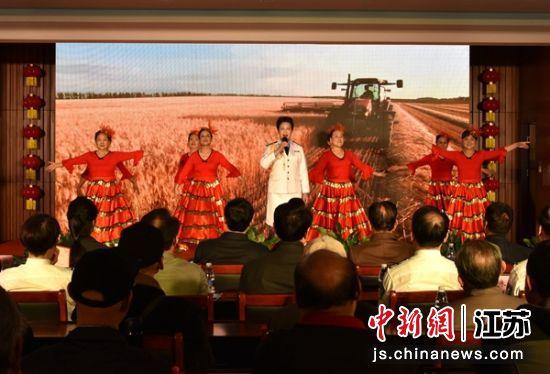 徐州市老警官艺术团歌伴舞《阳光路上》。朱志庚 摄