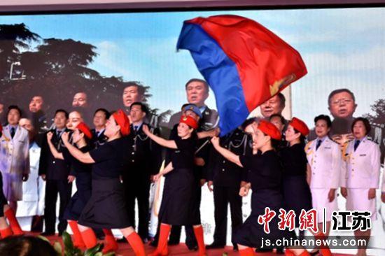 徐州市老警官艺术团合唱队、舞蹈队表演歌伴舞《人民警察之歌》。 朱志庚 摄