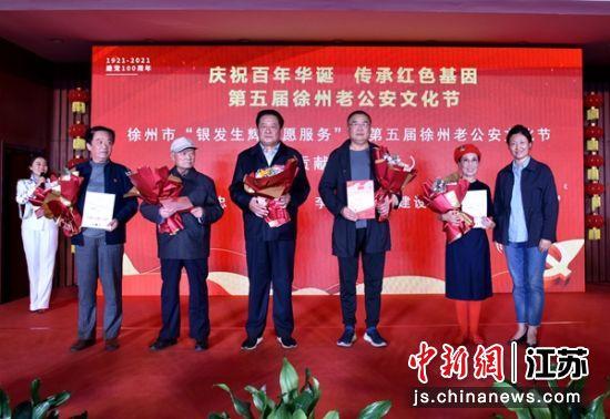 徐州市委离退休干部工委副书记张蕾为获奖代表颁奖。 朱志庚 摄