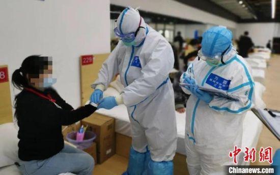 图为史锁芳在武汉问诊。(资料图) 江苏省中医院供图