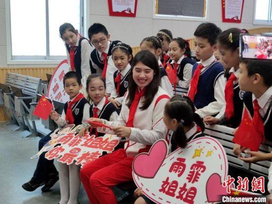 张雨霏在禁毒课堂和同学们互动。 王妍 摄