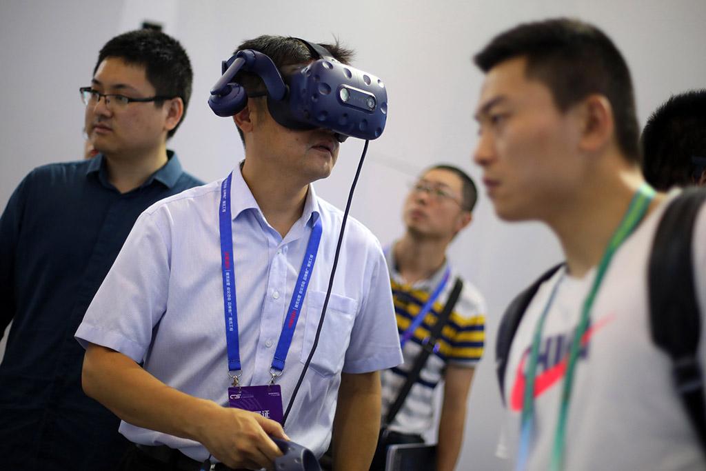 观众戴上VR眼镜观看城市立体全景。泱波 摄