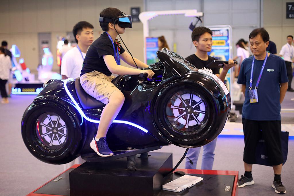 民众在展厅内体验VR游戏。泱波 摄