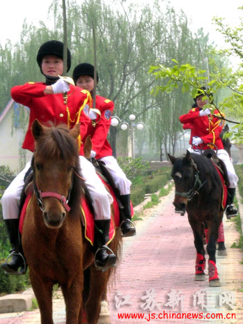 图:我国首支县级女子骑警巡逻队上路执勤