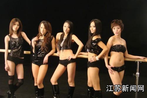 图:青春美少女组合在mv中大跳钢管舞