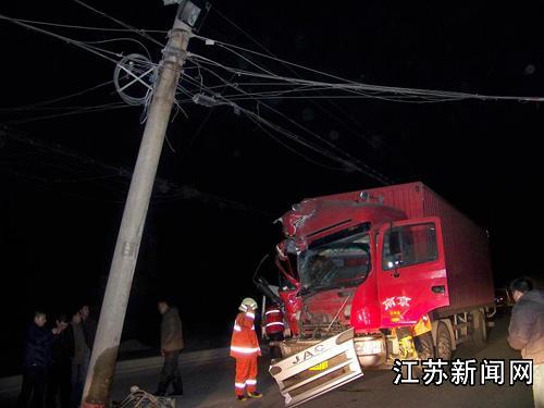 修路后电线杆内移 大卡车一头撞上(多图)