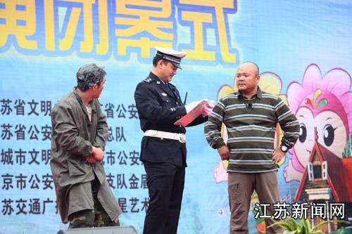 小品《情义无价》展示了交巡警在执法过程中的温暖情怀.