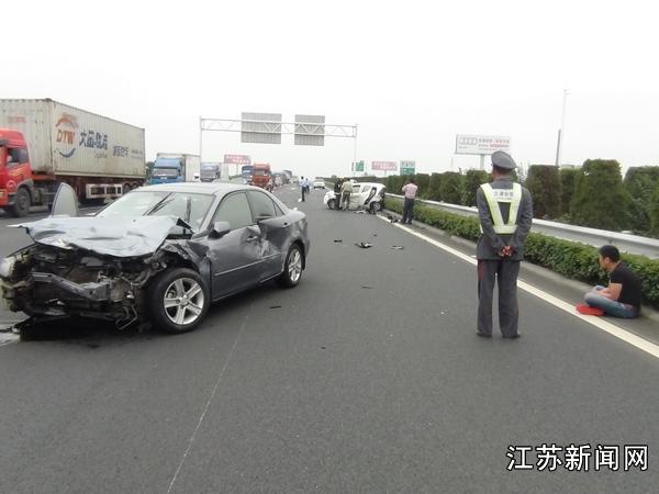 江苏南通车祸_江苏南通超载小轿车与大卡车相撞致2死6伤图