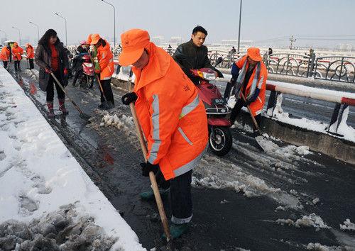 盐城600多名环卫工人凌晨上路扫雪保畅通图片