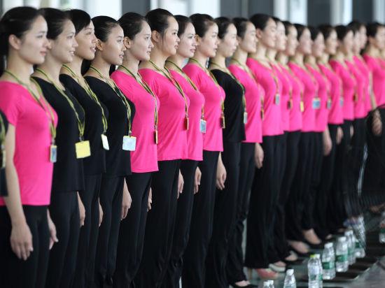日,亚青会颁奖礼仪志愿者团队的志愿者们近日在南京进入军营进行