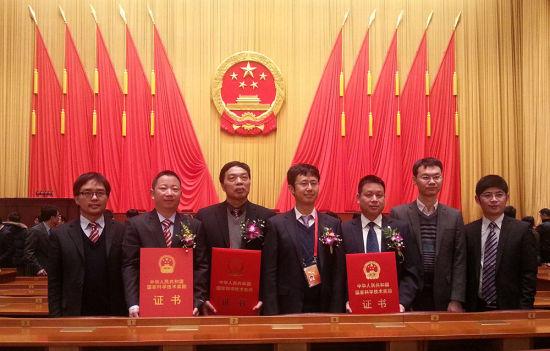 北京 许启彬/获得五项国家科学技术奖励的东南大学代表在颁奖现场合影。许...