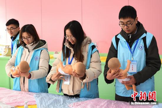 大学生走进南京医科大学教学课堂。何敦 摄