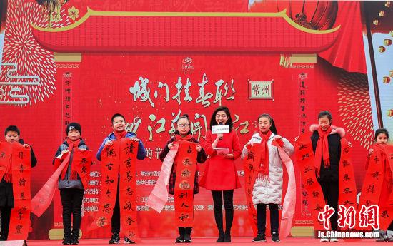 小书法家代表上台展示作品,一起晒春联。 寒单 摄