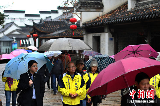 来自高雄的里长们参观南京门东社区。 泱波 摄