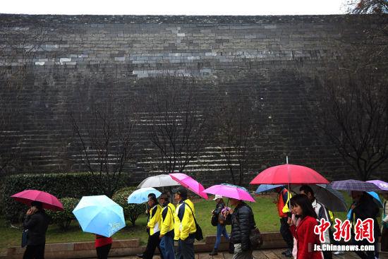 里长们走近永利澳门娱乐场网站明城墙。 泱波 摄