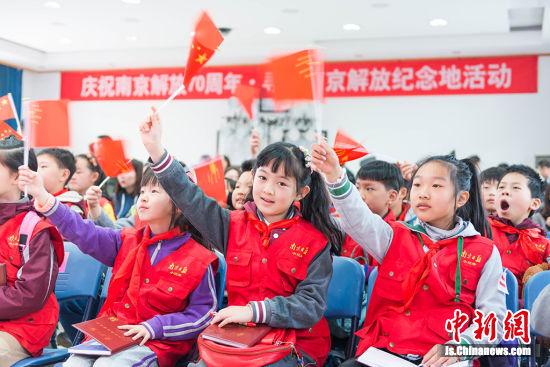 来自南京的小记者代表参加寻访南京解放纪念地活动。 丁双 摄
