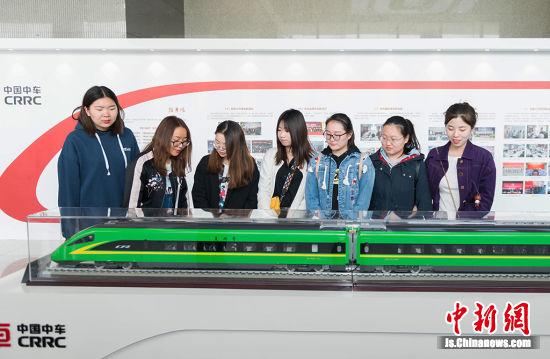 南京财经大学工商管理学院学生们正在参观高铁模型,了解百年浦厂的发展历程。丁双 摄