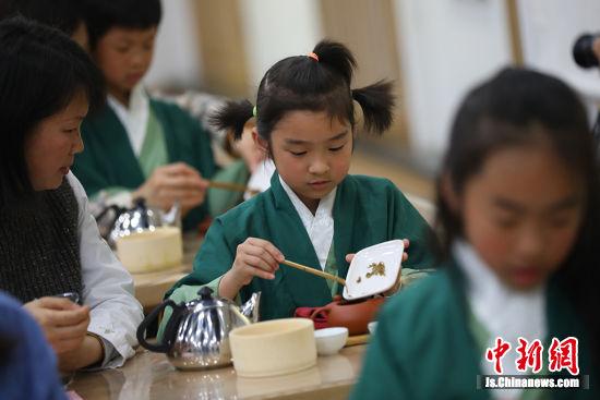 孩子们参加小茶人文化之旅,学习奉茶礼。 泱波 摄