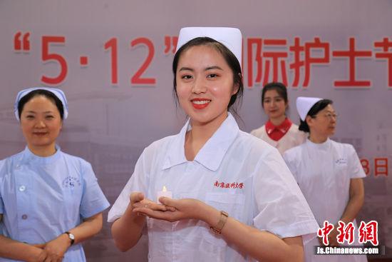 戴上护士帽,开启医学生涯。 刘莉摄