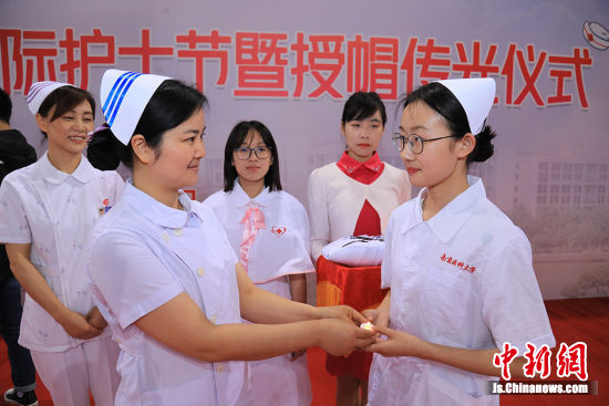 戴上护士帽,从护生到护士。 刘莉摄