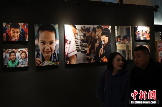 """""""天使的愿望""""公益圆梦行动摄影作品展。(2018年12月31日摄) 泱波 摄"""
