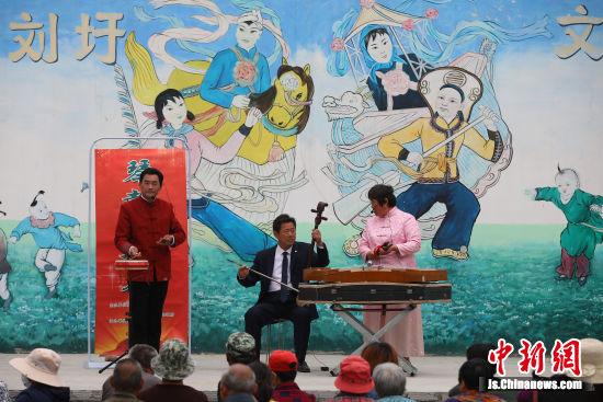 """""""水美乡村""""宿城区刘圩村内正在举办""""琴鼓村村行""""演出。中新社记者 泱波 摄"""