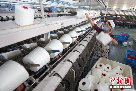 """宿迁市龙珠毛纺有限公司让200多名当地妇女实现""""家门口""""就业。 中新社记者 泱波 摄"""