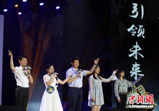 候选大学生分享励志故事。中新社记者 泱波 摄