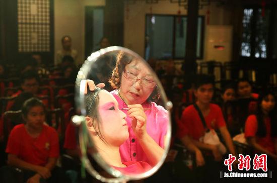海外华裔青少年体验京剧化妆。许丛军 摄