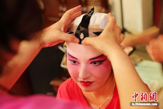 穿上京剧行头,感受国粹魅力。许丛军 摄