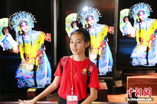 海外华裔青少年体验京剧的魅力。许丛军 摄