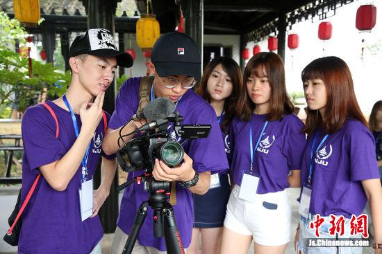 苏港澳大学生微电影训练营成员分组在木渎古镇古松园参观、拍摄。许丛军 摄