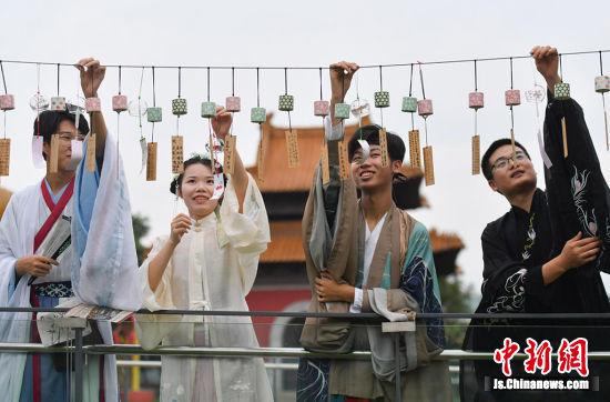 身着汉服的年轻人参与活动。