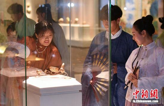 年轻人参观南京大报恩寺遗址。