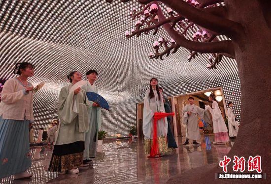 身着汉服的年轻人参观南京大报恩寺遗址。